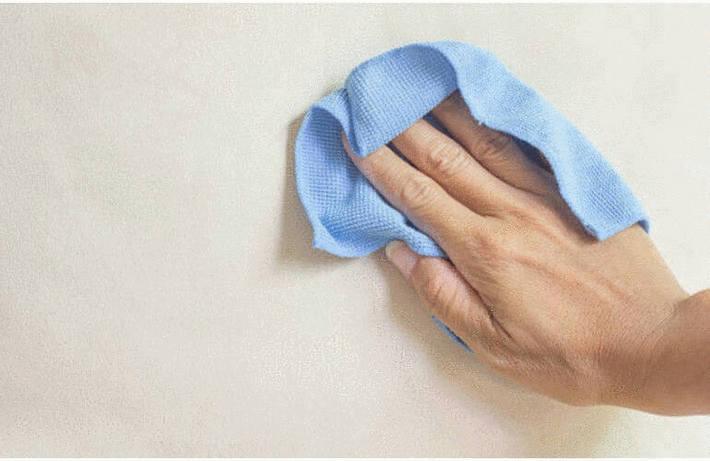 Nettoyage du mur en crépi
