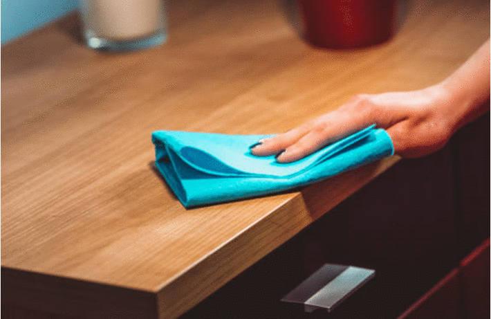 Nettoyer un meuble en bois vernis