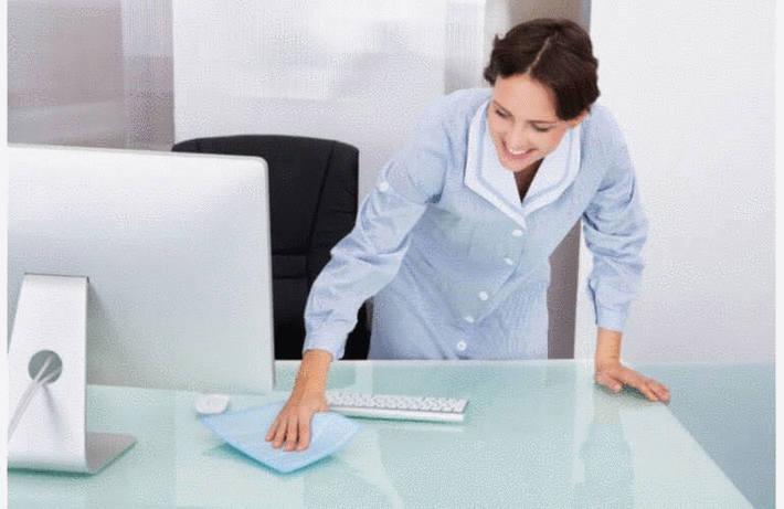 Nettoyage d'un meuble en verre ou en miroir
