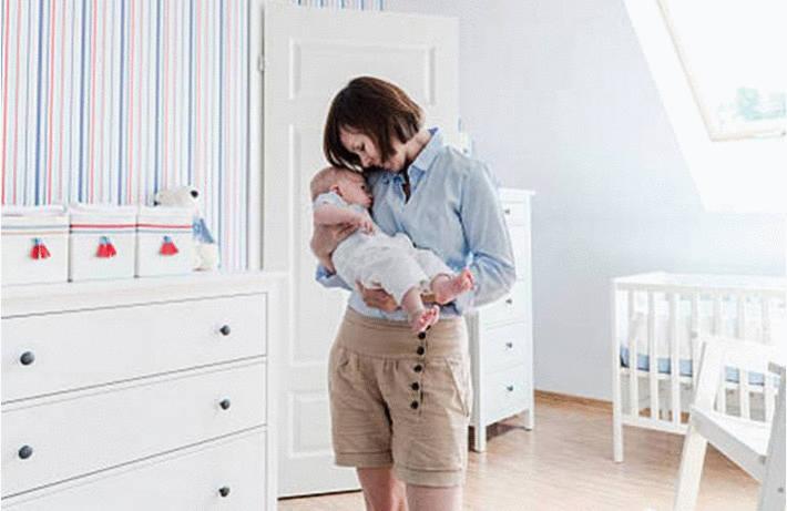 Ménage dans la chambre de bébé
