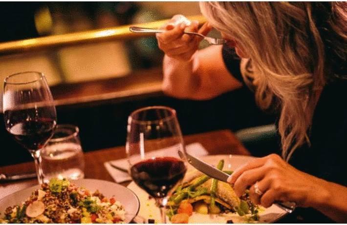 Manger avec son couteau ou sa fourchette