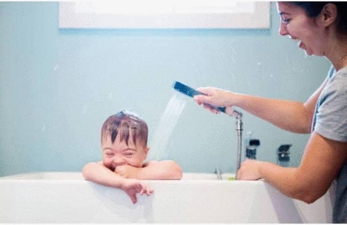 Taches sur un lavabo, un bac à douche ou  une baignoire