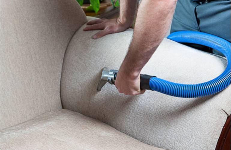 Nettoyer un canapé en tissu avec un nettoyeur-vapeur