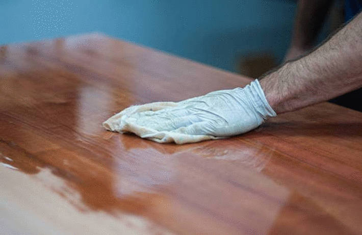 Cirer un meuble en bois