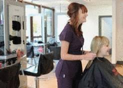 Coupe de cheveux dans une école de coiffure