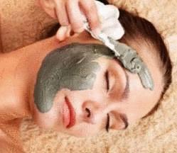 Le massage pour la personne des boutons