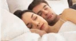 nettoyer matelas tach de sang un couple qui dort - Comment Enlever Une Tache De Sang Sur Un Matelas