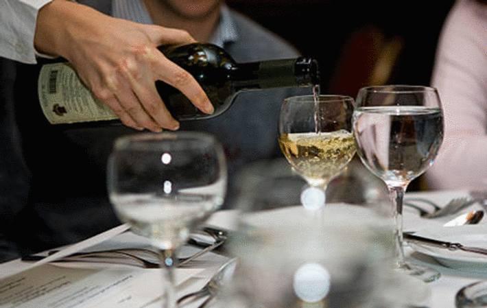 comment servir le vin à table