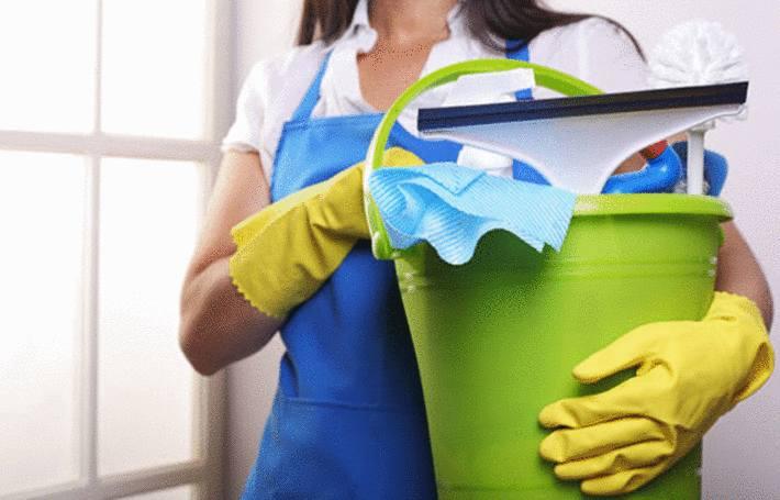 une femme va nettoyer avec de l'ammoniaque