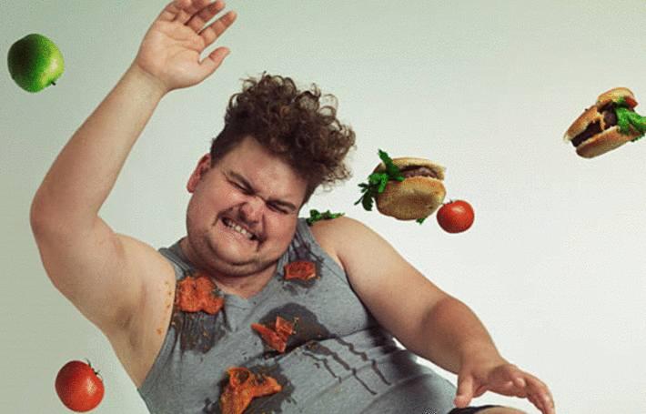 un homme vient de se tacher de sauce tomate