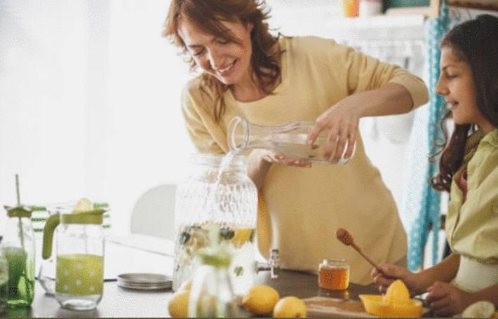 comment nettoyer une carafe ou un vase à goulot étroit