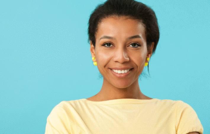 une jolie femme noire au teint clair