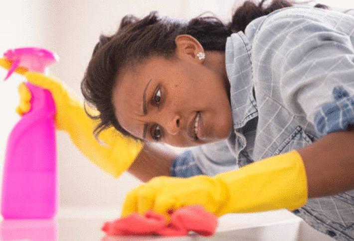 une femme enlève une tache sur le marbre