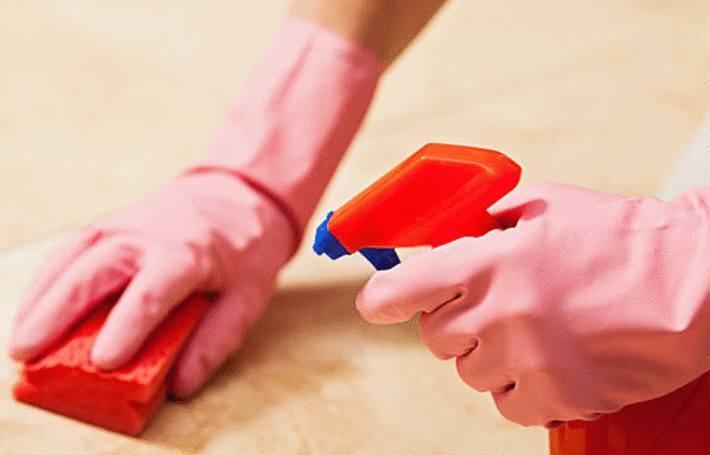 une femme est en train de nettoyer la pierre naturelle