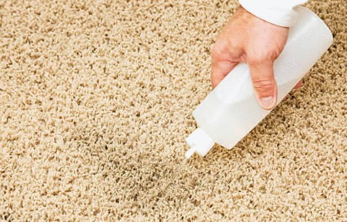 le nettoyage d'une tache de café sur un tapis ou une moquette