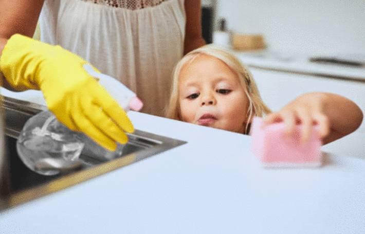 une femme vaporise un insecticide fait maison devant sa petite fille