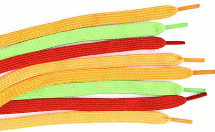 des lacets jaunes, vert et rouges étalés
