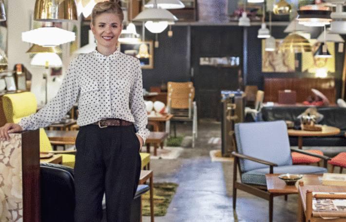 une femme dans une boutique de meubles vintage