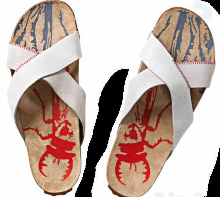 une paire de sandales avec des dessins sur la semelle intérieure