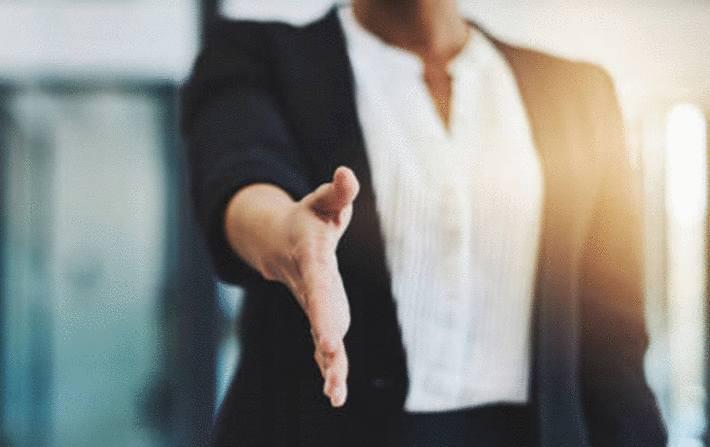 comment tendre et serrer la main de quelqu'un