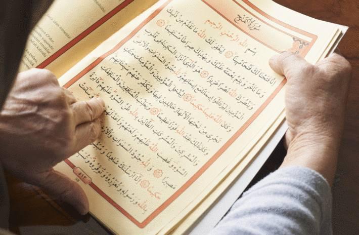 En ces jours de Ramadan, quelqu'un lit le Coran