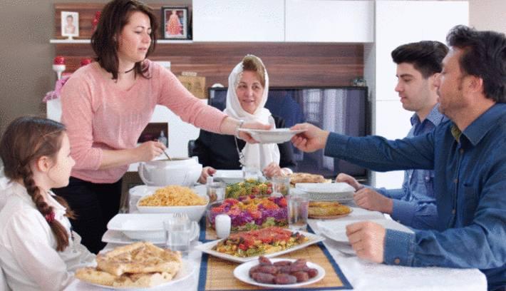 une famille à table, rompt le jeune du ramadan