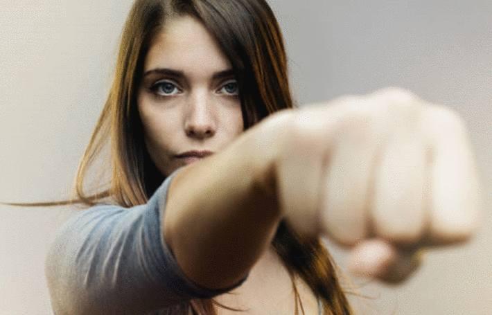 auto defense une femme réagit à une agression