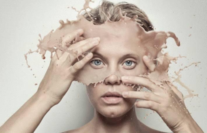 une femme éclabousse du fond de teint en l'appliquant sur son visage