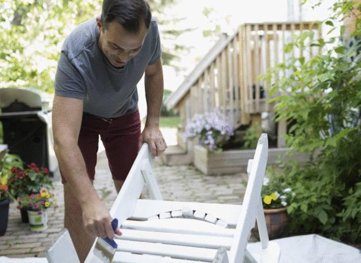 chaise-plastique-blanche-renover-chaise-jardin-comment-peindre-chaise-plastique-jardin