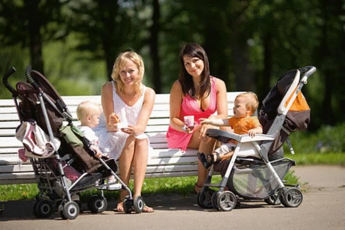 deux-femmes-partageant-un-banc-nourrissant-des-enfants-dans-leurs-poussettes.