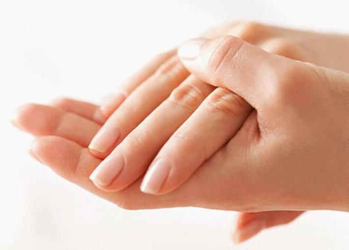 main-avec-ongles-nourris-sans-cuticule-apparente.