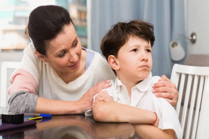 maman-en-train-de-raisonner-et-rassurer-son-petit-garçon