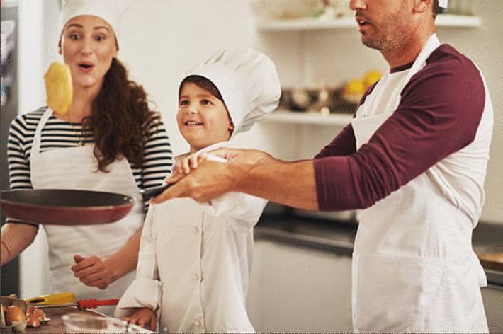 père-faisant-sauter-un-pancake-avec-son-fils-et-sa-maman