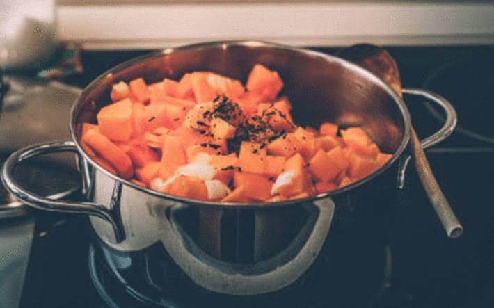 potiron-cuisant-dans-une-casserole-avec-un-fond-d'-eau