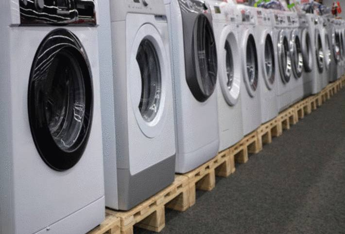 rangée-d-une-quinzaine-de-machines-à-laver-différentes