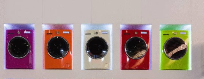 rangée-de-cinq-sèche-linges-violet-orange-blanc-rouge-vert