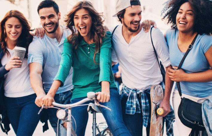 des jeunes gens habillés en jeans se balladent en riant