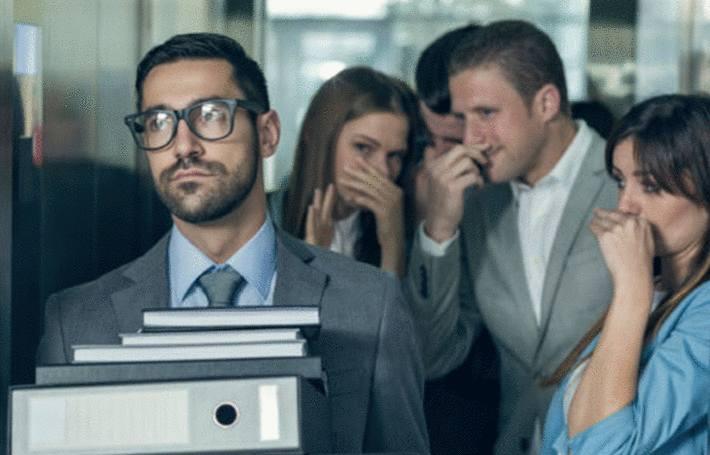 dans un ascenseur quelqu'un sent mauvais et tout le monde en est géné