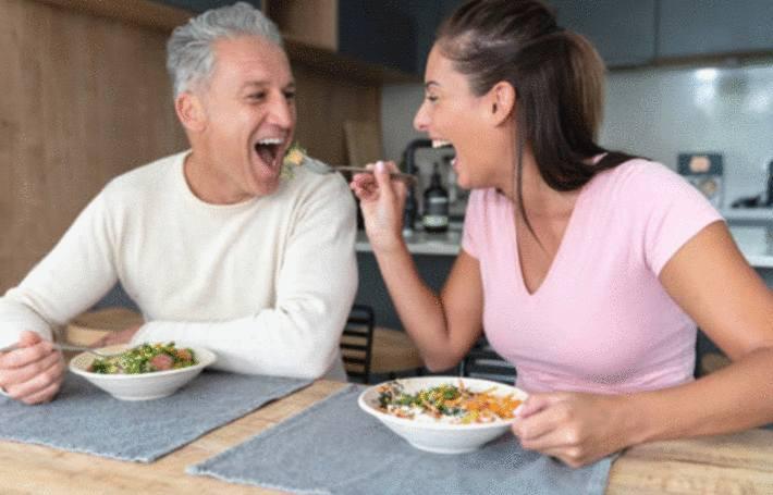 Pour maigrir une femme tend une fourchette de légumes à son homme