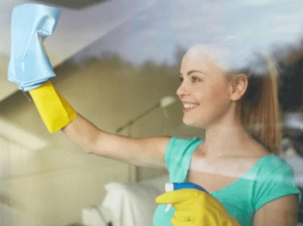 Nettoyer le toit de sa maison un jeune homme dans une veste du0027hiver enlve beaucoup de neige - Comment refaire sa toiture gratuitement ...