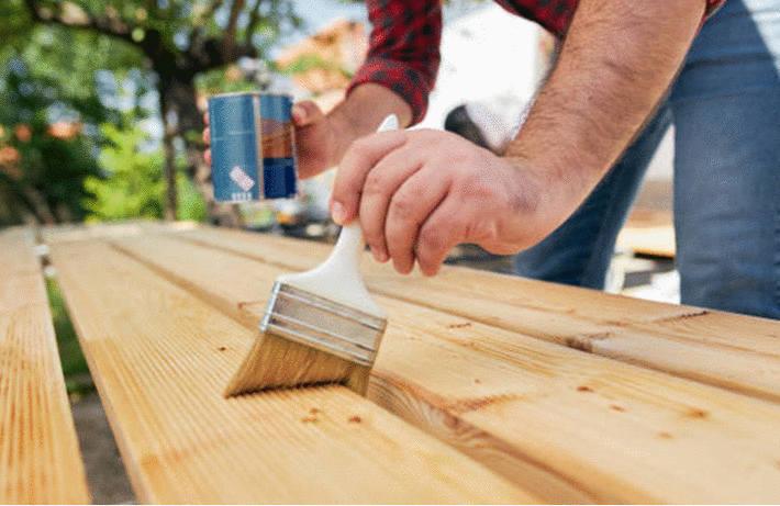 Nettoyage du bois vernis : escalier, porte, lambris
