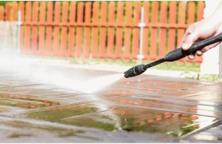 Nettoyer une terrasse en terre cuite