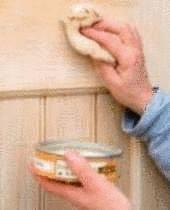 main applique de la ceruse sur du bois